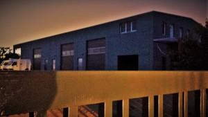 Lagerhalle mit Außentor Nachts