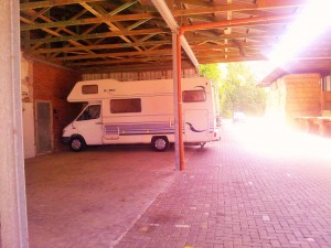 Unterstellplatz unter einem Schleppdach in Herford