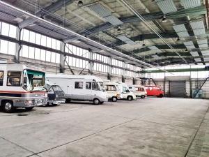 Wohnmobile am Unterstellplatz in Velten bei Berlin