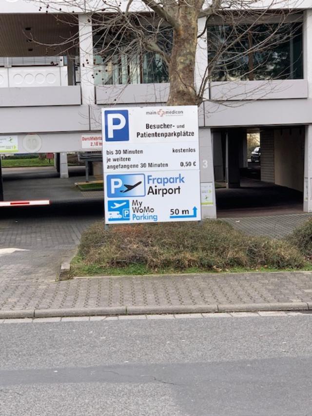 Hinweisschild zum Parkdeck